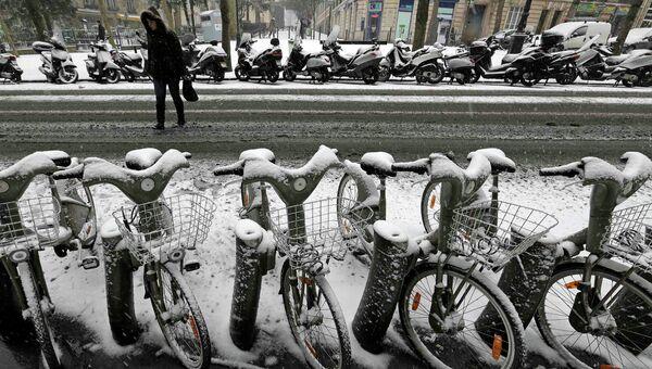 Заснеженная улица Парижа