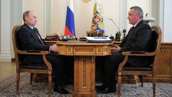 Президент России Владимир Путин и заместитель председателя правительства РФ Дмитрий Рогозин