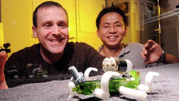 Шестиногий робот-ящерица и его создатели