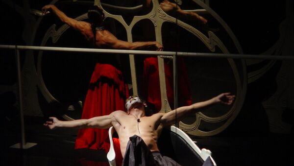 Сцена из спектакля Служанки в постановке Романа Виктюка. Архивное фото