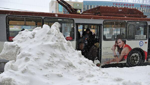 Сугробы на остановке троллейбуса в Москве