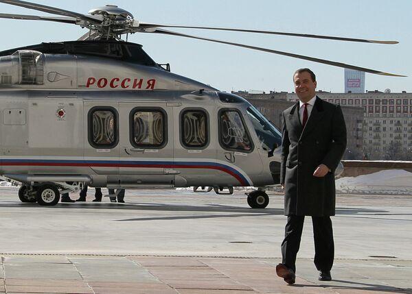 Д.Медведев прилетел в Дом правительства РФ на вертолете