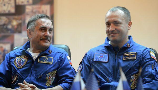 Космонавты Роскосмоса Павел Виноградов (слева) и Александр Мисуркин. Архивное фото