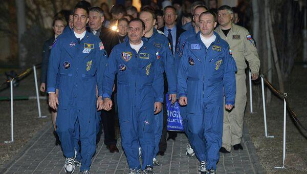 Члены экипажа пилотируемого корабля Союз-ТМА-08М на космодроме Байконур, архивное фото