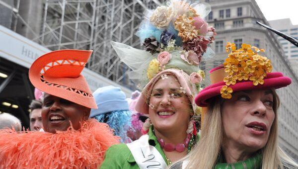 Участники пасхального парада шляп в Нью-Йорке