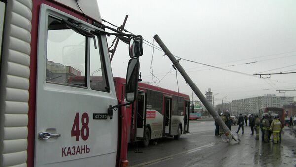 Маршрутный автобус въехал в опору освещения