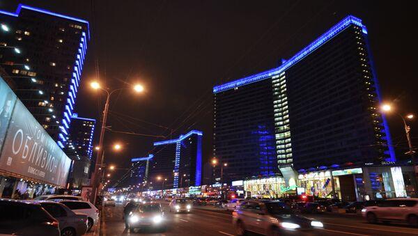 Высотные здания на Новом Арбате подсвечены синими прожекторами в рамках акции Light It Up Blue