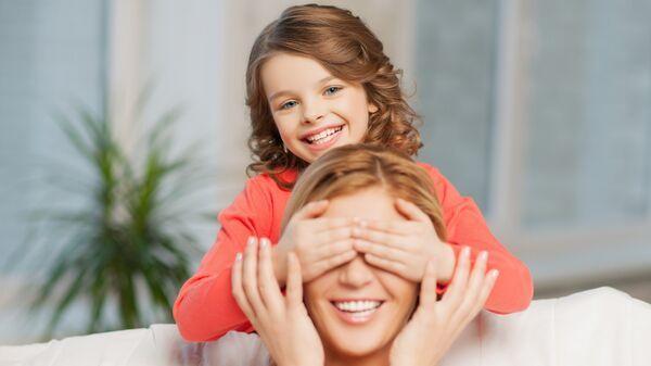 Мама и дочка играют. Архивное фото