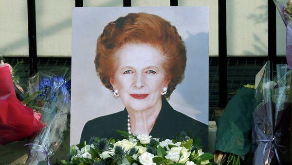 Портрет и цветы около дома Маргарет Тэтчер в Великобритании