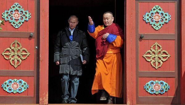 Владимир Путин (слева) во время посещения Иволгинского дацана в селе Верхняя Иволга