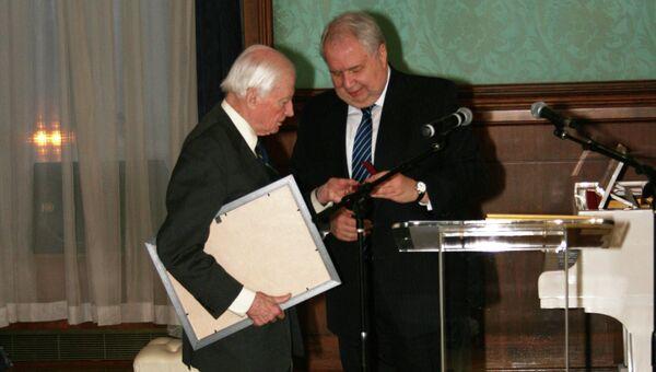 Посол России в США Сергей Кисляк (справа) и Джеймс Саймингтон (слева). Архивное фото