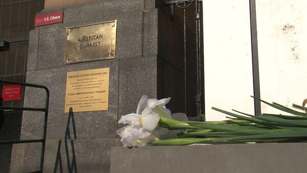 Россияне несут цветы к посольству США после взрывов в Бостоне