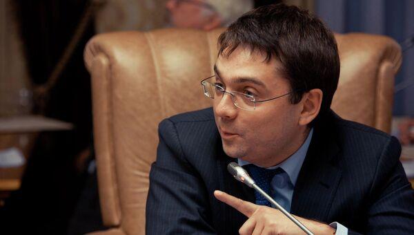 Заместитель министра строительства и жилищно-коммунального хозяйства РФ Андрей Чибис в радиорубке Sputnik на площадке IV Восточного экономического форума