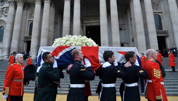 Гроб с телом экс-премьера Великобритании Маргарет Тэтчер, накрытый государственным флагом, несут после отпевания