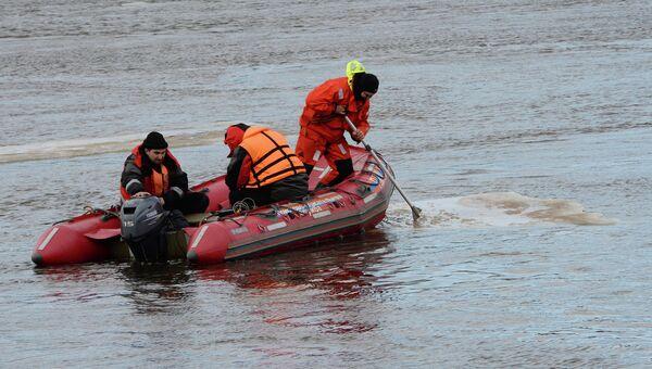 Сотрудники МЧС обследуют в акватории Невы место затопления буксира РБТ-300