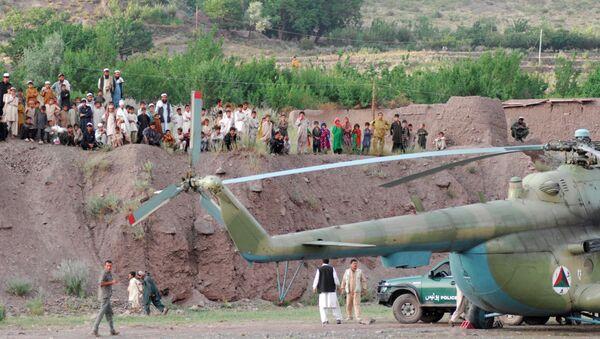 Жители деревни Азра провинции Логар собрались возле вертолета Ми-17