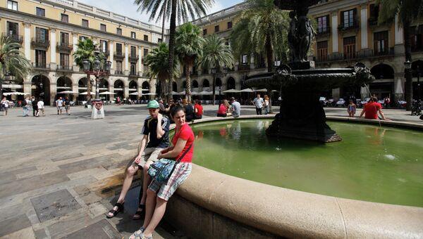 Испанцы у фонтана на Королевской площади в Барселоне