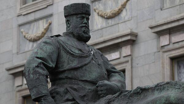 Конная статуя Александра III, установленная перед входом в Мраморный дворец