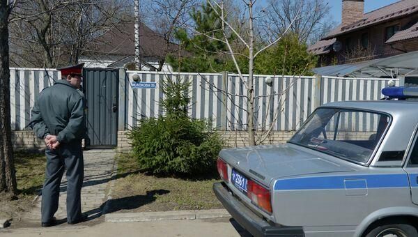 Сотрудник полиции у дома балерины Анастасии Волочковой