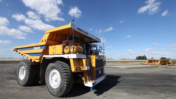 Гигантский самосвал БелАЗ без водителя разгрузил уголь на испытаниях