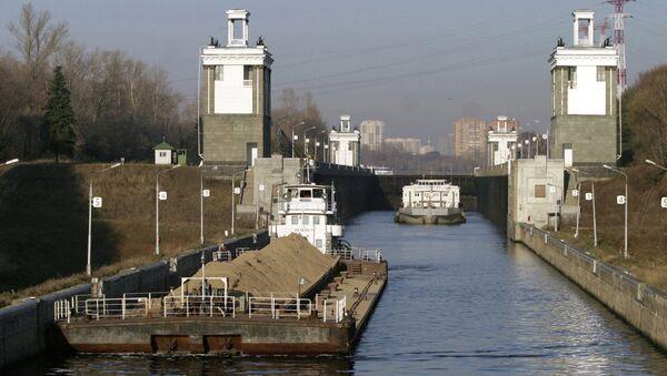 Проводка судов через шлюз на канале им. Москвы