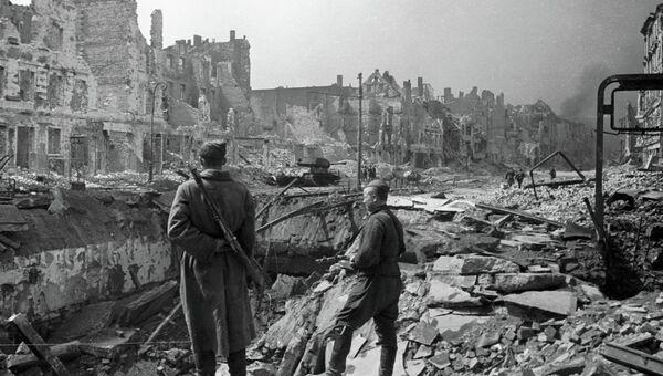 Советские воины на разрушенной Франкфуртерштрассе в Берлине