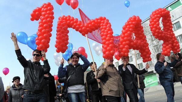 Участники первомайской демонстрации. Архивное фото