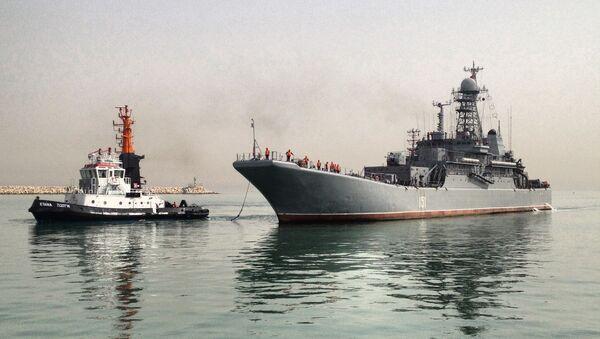 Большой десантный корабль ВМФ России Азов в порту израильского города Хайфа