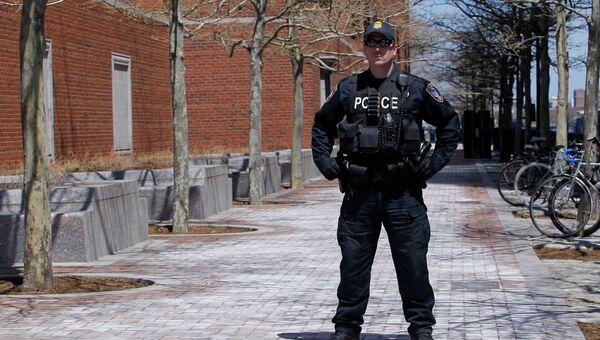 Полицейский у здания суда в Бостоне