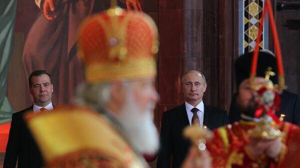 Президент РФ Владимир Путин и председатель правительства Дмитрий Медведев на пасхальном богослужении в храме Христа Спасителя. Архивное фото
