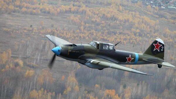 Самолет Ил-2 в небе под Новосибирском