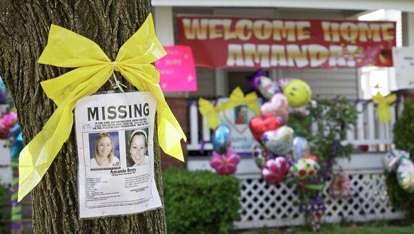 Объявление о пропаже Аманды Берри напротив ее дома