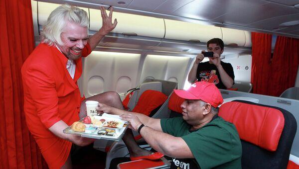 Ричард Брэнсон в качестве стюардессы авиаперевозчика AirAsia