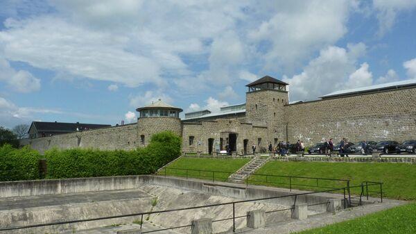 Вид на ворота концентрационного лагеря Маутхаузен в Австрии