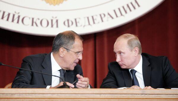 Президент РФ Владимир Путин (справа) и министр иностранных дел РФ Сергей Лавров . Архивное фото