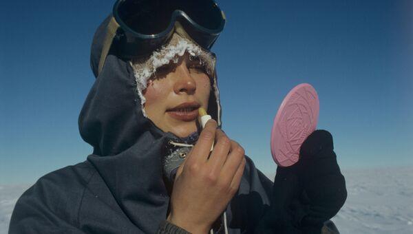 Участница женской антарктической экспедиции Метелица на досуге
