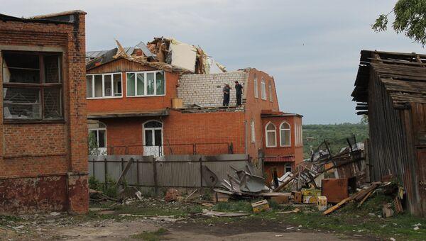 Одно из зданий в городе Ефремове Тульской области, разрушенное смерчем