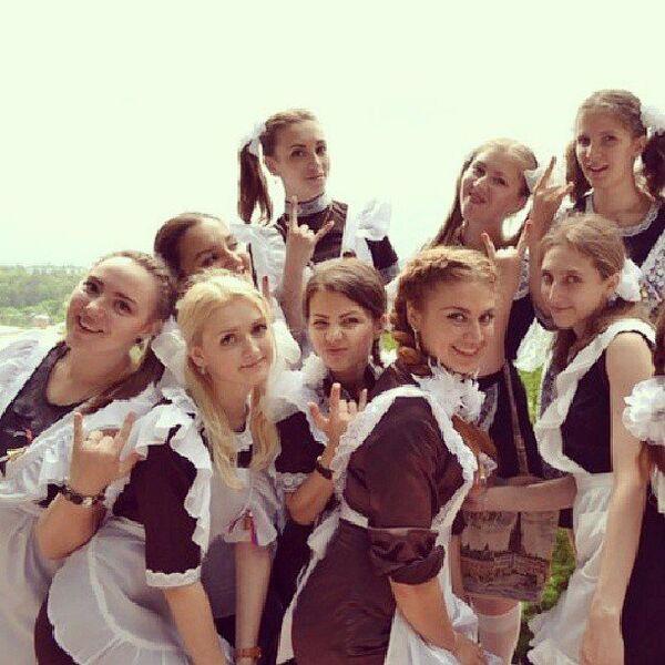 Выпускницы во время последнего звонка в Москве