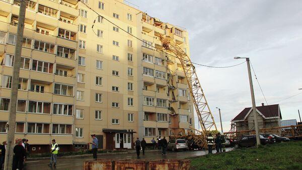 Падение строительного крана на улице Ленина в Кирове