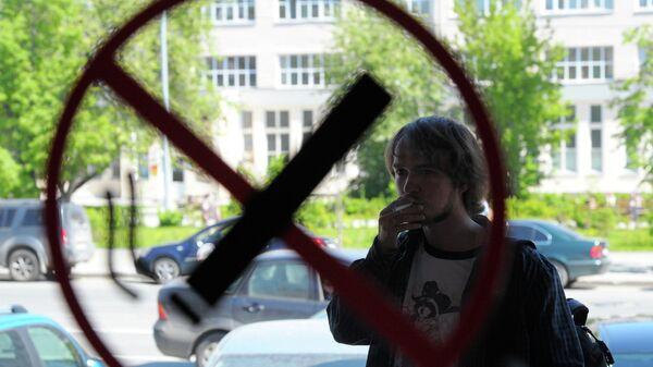 Курильщик возле входа в торговый центр. Архивное фото