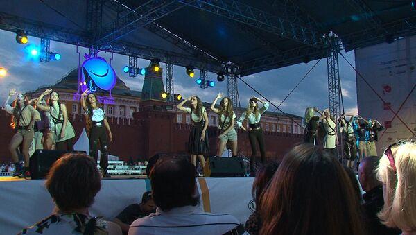 Девушки танцевали в трико и костюмах летчиц на конкурсе Мисс Москва-2013