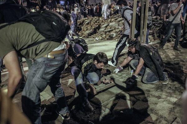 Протестующие строят баррикады во время столкновения с сотрудниками полиции в Стамбуле