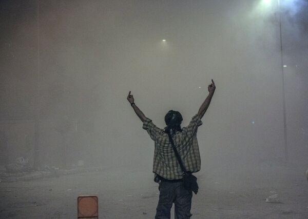 Протестующий во время столкновения с сотрудниками полиции в Стамбуле