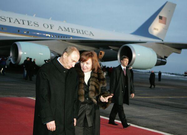 <br><br>На фото: 15 ноября 2006 года. Президент России Владимир Путин с супругой Людмилой Путиной после встречи с президентом США в столичном аэропорту Внуково-2