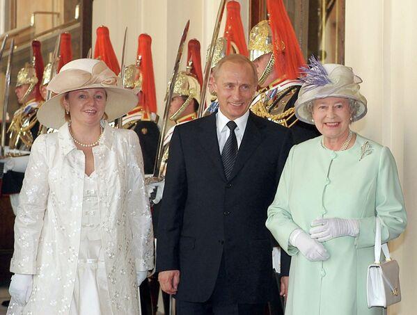 <br><br>На фото: 24 июня 2003 года. Королева Великобритании Елизавета Вторая, президент России Владимир Путин и его супруга Людмила на торжественной церемонии встречи главы российского государства у штаб-квартиры Королевского конно-гвардейского полка в Лондоне.