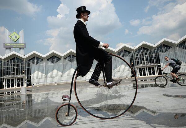 Участник исторического велопробега в парке Сокольники в Москве