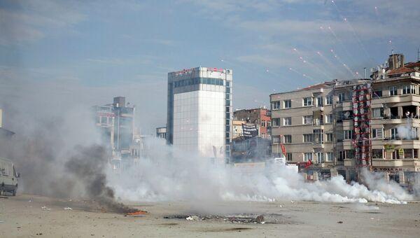Применение турецкими полицейскими слезоточивого газа а площади Таксим в центре Стамбула