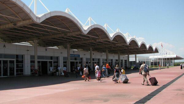 Туристы в аэропорту Анталии. Архивное фото