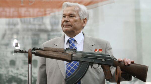 Михаил Калашников с историческим образцом автомата АК-47 под номером один