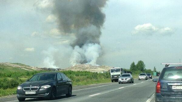 Дым от пожара на свалке в Ленинградской области